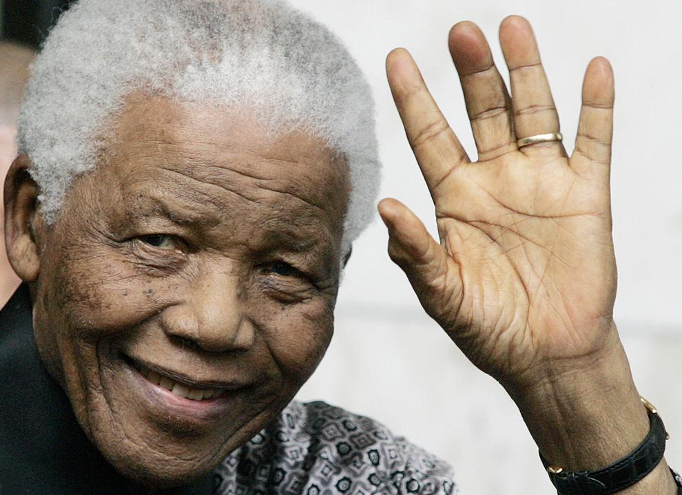 Fostul preşedinte sud-african Nelson Mandela părăseşte hotelul Intercontinental din Londra, sâmbătă, 28 iunie 2008. Nelson Mandela a vorbit de un 'eşec tragic al conducerii' din Zimbabwe, în timpul unei cine caritabile ţinute cu ocazia aniversării a celei de-a 90-a sa zi de naştere.