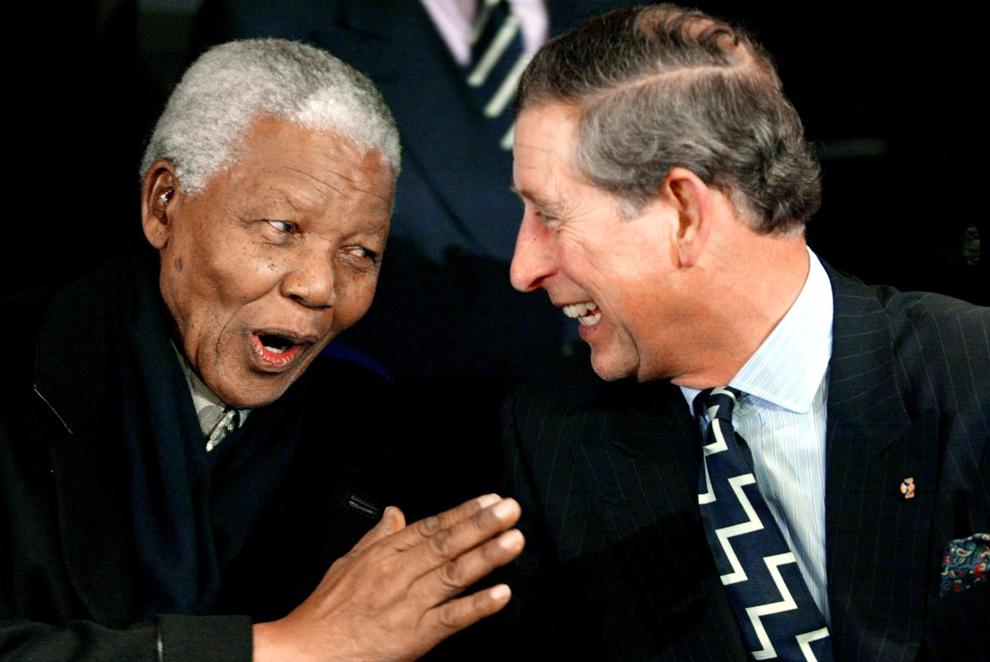 Fostul preşedinte sud-african Nelson Mandela (S) glumeşte cu prinţul Charles al Marii Britanii la Petrecerea Poporului care a avut loc pe Amsterdam Arena cu ocazia nunţii prinţului moştenitor al Olandei Willem-Alexander cu Maxima Zorreguieta, vineri, 1 februarie 2002.