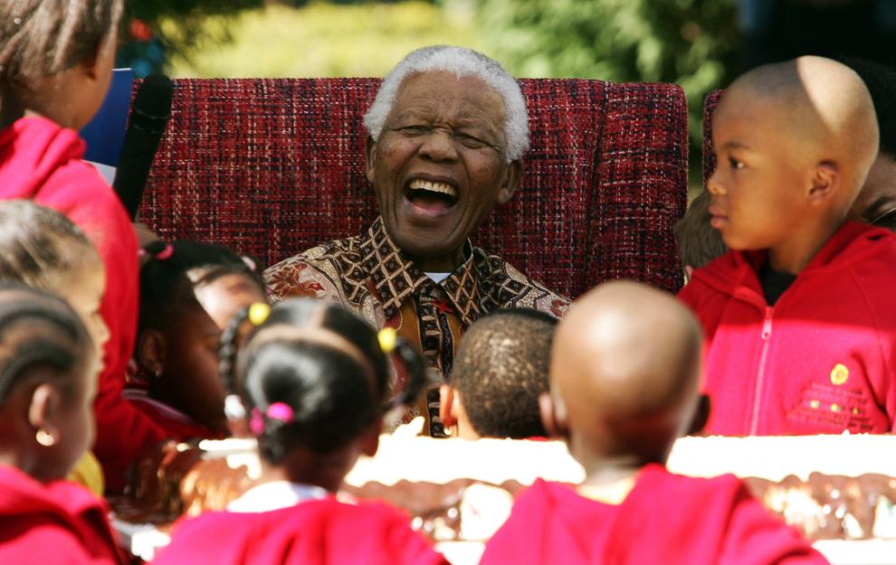 Fostul preşedinte sud-african, Nelson Mandela, glumeşte cu mai mulţi copii cu ocazia celei de-a 89-a aniversări a zilei sale de naştere, la sediul Fondului Copiilor Nelson Mandela, în Johannesburg, marţi, 24 iulie 2007.