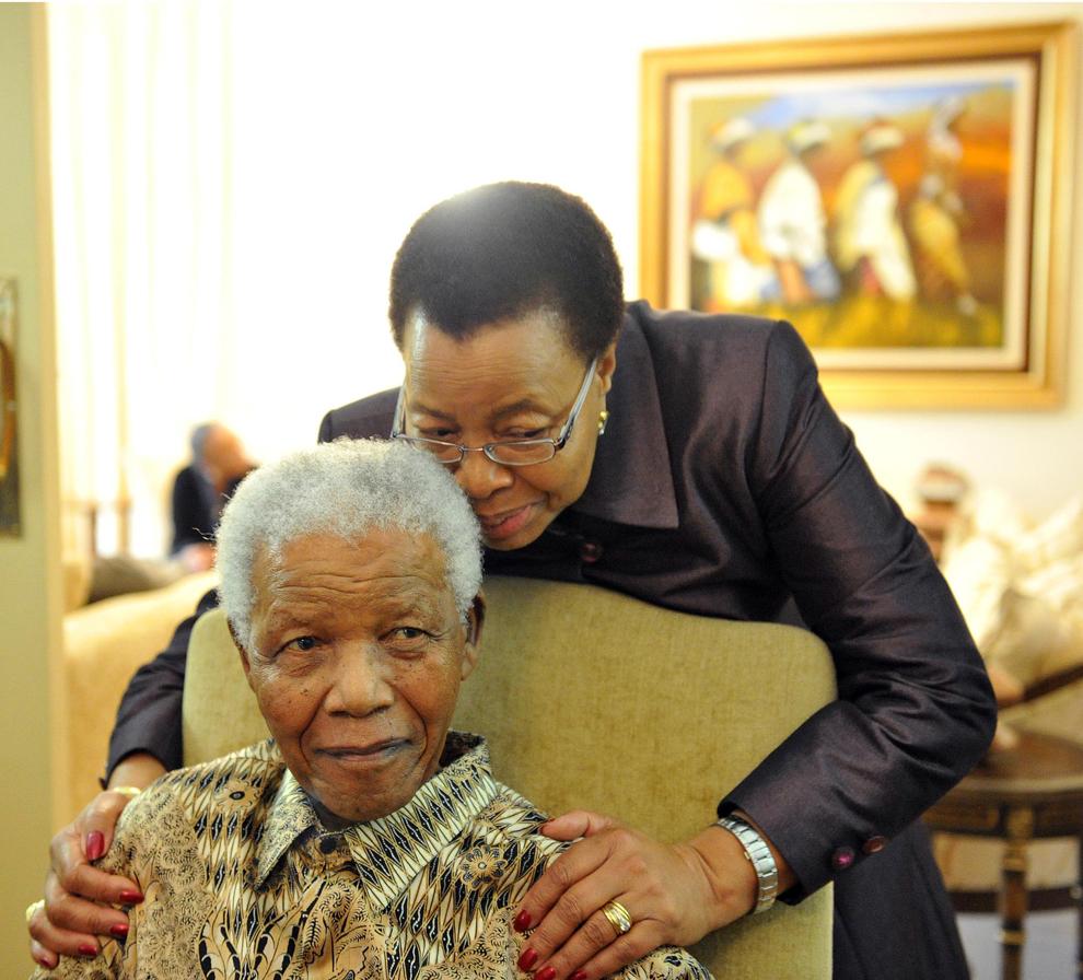 O fotografie făcută publică de guvernul sud-african îl înfăţişează pe fostul preşedinte al Africii de Sud pozând alături de soţia sa, Graca Machel, după ce a votat în cadrul alegerilor locale, în casa sa din Johannesburg, luni, 16 mai 2011.
