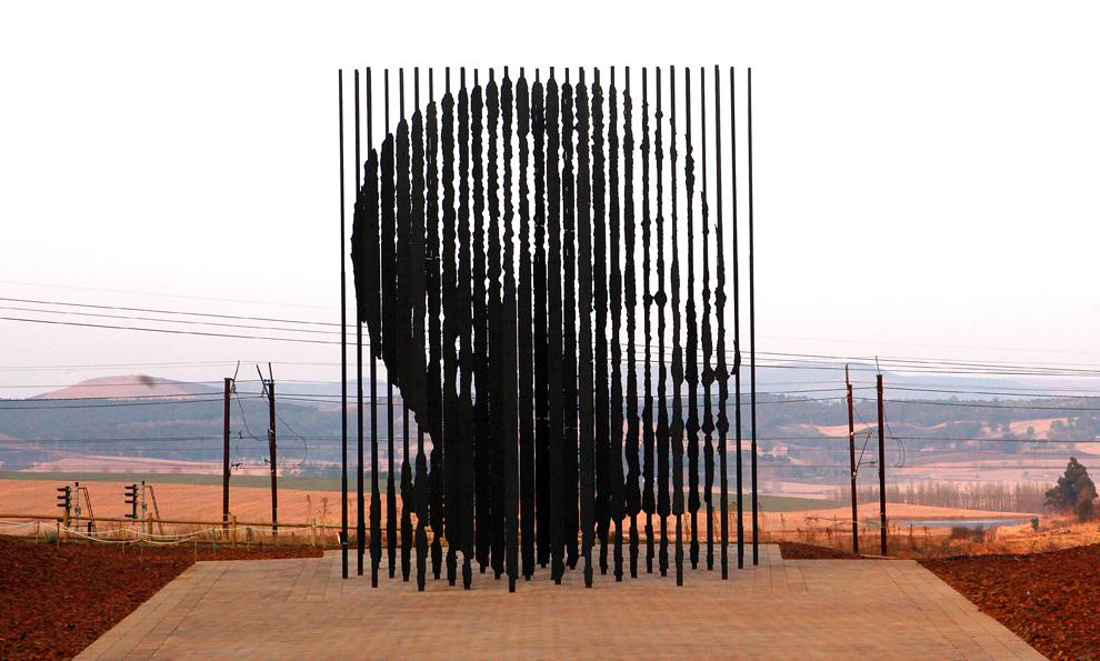 O sculptură care îl reprezintă pe fostul preşedinte sud-african Nelson Mandela, ridicată pe locul arestării sale, în urmă cu 50 de ani, poate fi văzută în Howick, la 90 de km sud de Durban, sâmbătă, 4 august 2012.