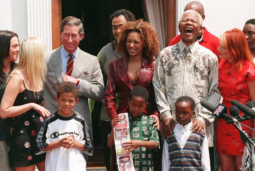 Preşedintele sud-african, Nelson Mandela (D2), glumeşte cu prinţul Charles (S3), nepoţii săi şi componentele formaţiei britanice pop, Spice Girls, la reşedinţa sa din Pretoria, sâmbătă, 1 noiembrie 1997.