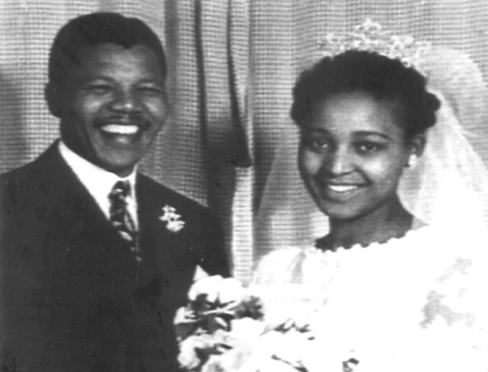 O fotografie de arhivă realizată în 1957, cu ocazia nunţii, îi înfăţişează pe membrul Congresului Naţional African (CNA), Nelson Mandela, şi soţia sa, Winnie.