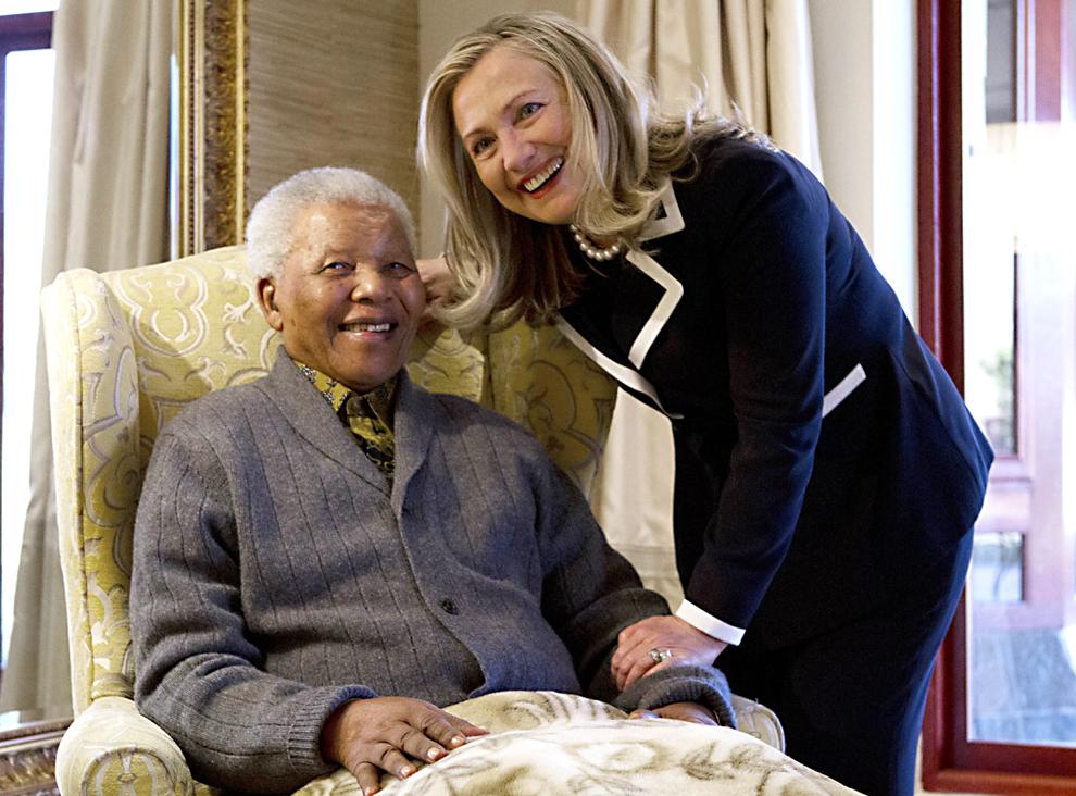 Secretarul de stat american, Hillary Rodham Clinton, îl întâlneşte pe fostul preşedinte sud-african, în vârstă de 94 de ani, Nelson Mandela, la casa acestuia din Qunu, în Africa de Sud, luni, 6 august 2012.