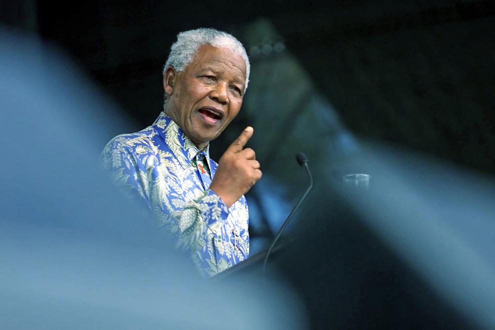 O fotografie nedatată îl înfăţişează pe fostul preşedinte sud-african, Nelson Mandela, susţinând un discurs în cadrul Festivalului Naţional al Artelor Micul Karoo (KKNK), în Oudtshoorn, Africa de Sud.
