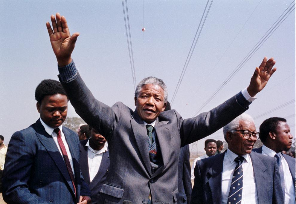 O fotografie nedatată îl înfăţişează pe Nelson Mandela calmând mai multe persoane care ocupă abuziv parcul Phola, după un atac al membrilor Partidului Lilbertatea Inkatha asupra taberei acestora.