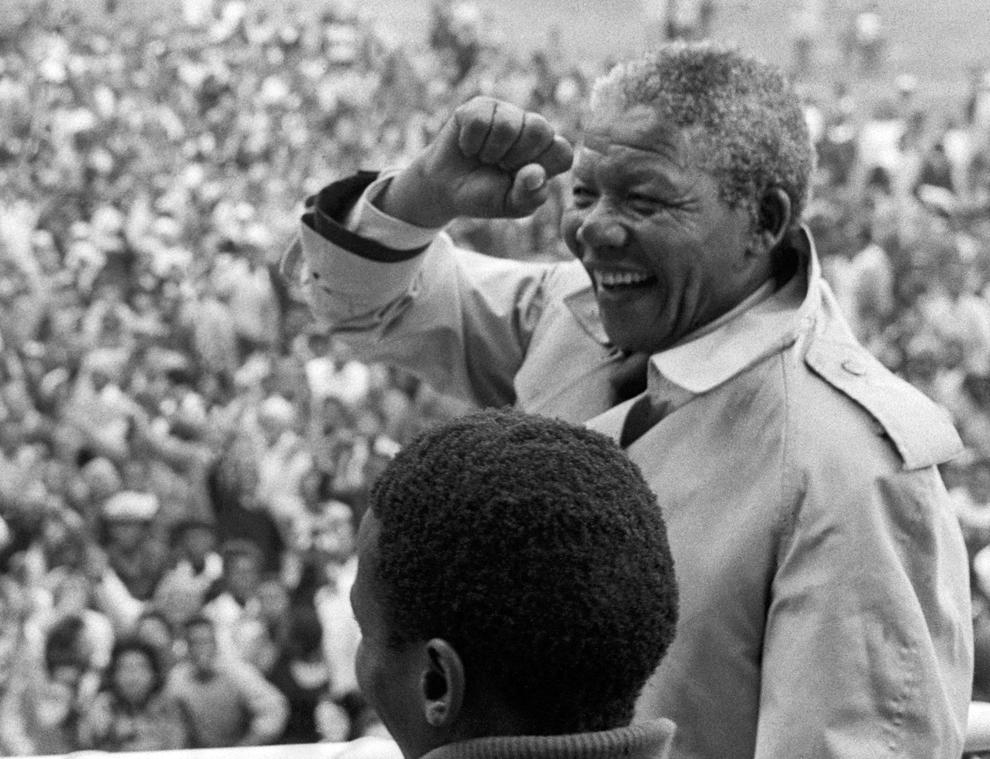 Liderul Congresului Naţional African şi preşedinte al Africii de Sud, Nelson Mandela, participă la o adunare a suporterilor în oraşul Ceres din Africa de Sud, în 1993.