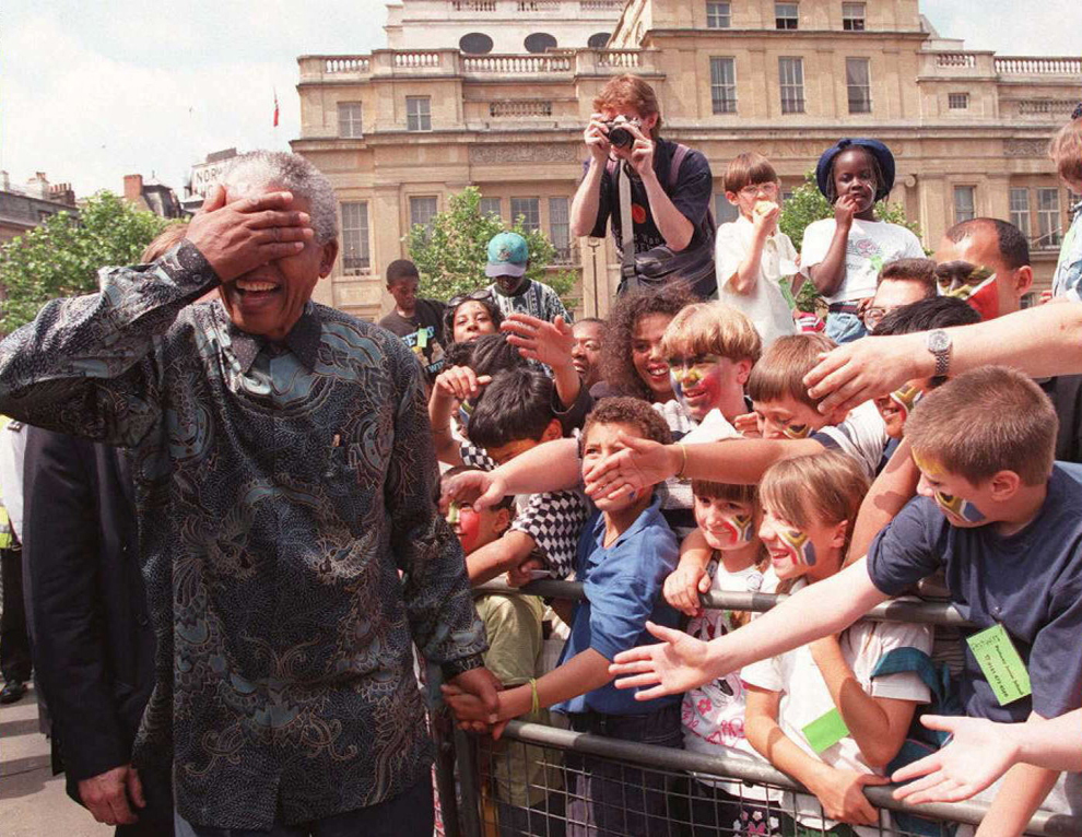 Preşedintele sud-african Nelson Mandela salută mulţimea prezentă în Trafalgar Square din Londra, în timpul unei vizite de patru zile in Regatul Unit, vineri, 12 iulie 1996.