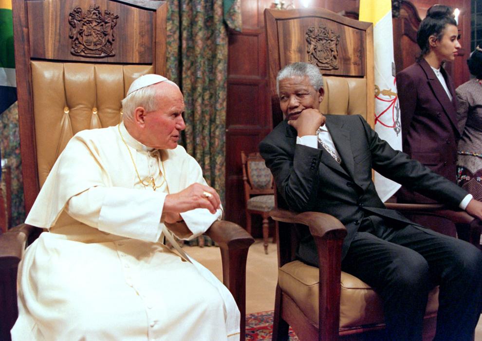 Papa Ioan Paul al II-lea discută cu preşedintele sud-african Nelson Mandela în casa de oaspeţi prezidenţială din Pretoria, sâmbătă, 16 septembrie 1995.
