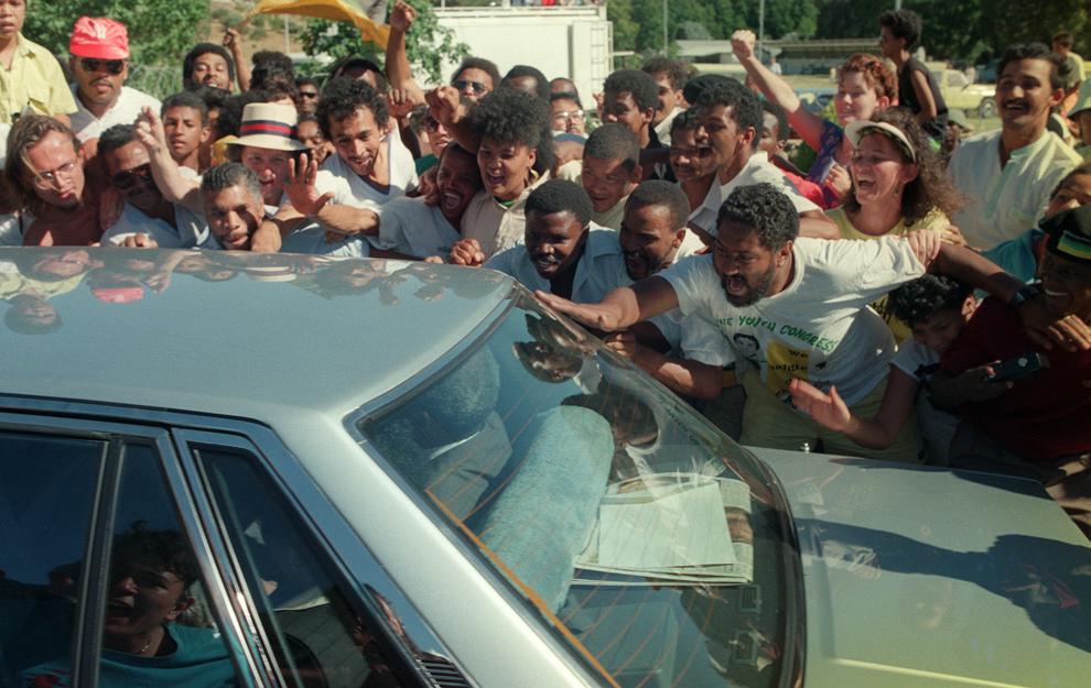 Nelson Mandela, lider anti-apartheid şi membru al Congresului Naţional African, părăseşte într-o maşină închisoarea Victor Verster, după eliberarea sa,  duminică, 11 februarie 1990.