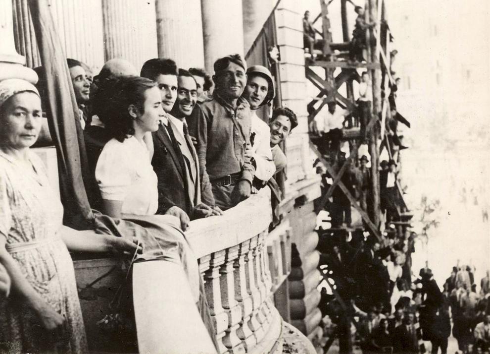 Miting în Piaţa Universităţii, organizat cu ocazia intrării trupelor sovietice în Bucureşti. În imagine, Nicolae şi Elena Ceauşescu. (30.08.1944).