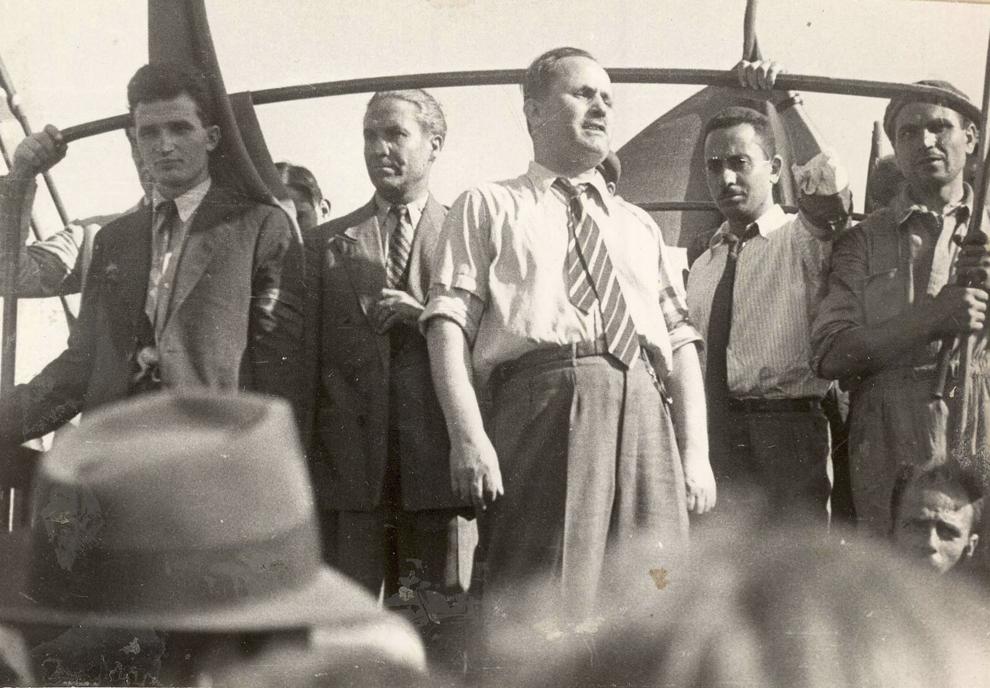 Activişti ai P.C.R., printre care Nicolae Ceauşescu şi C. Agiu, veniţi în întâmpinarea trupelor sovietice la intrarea în Bucureşti. (30.08.1944).