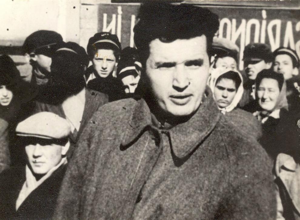 Nicolae Ceauşescu în mijlocul tinerilor la un miting electoral. (1946).