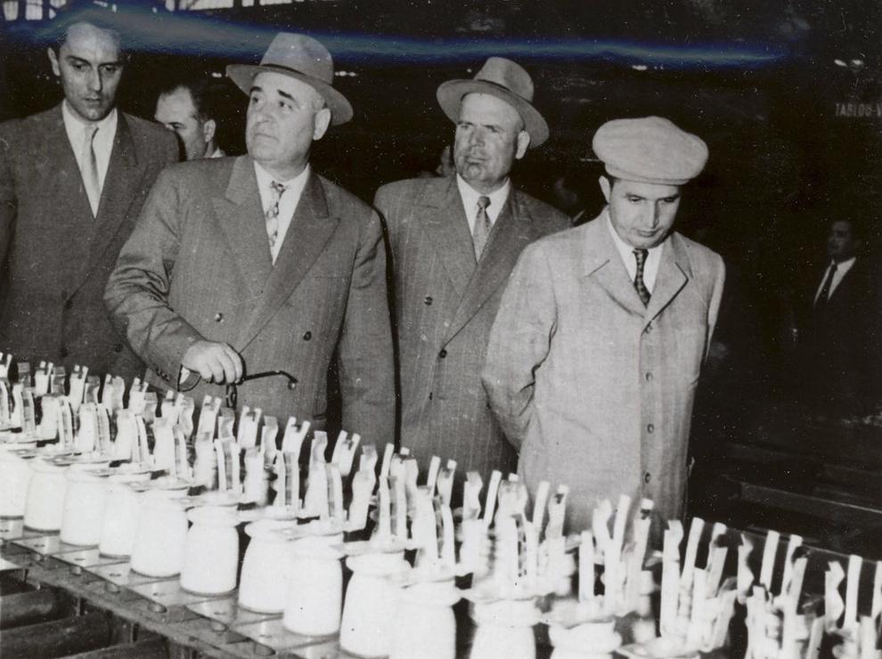 """Mai 1959. Nicolae Ceauşescu împreună cu alţi conducători de partid şi de stat care vizitează uzinele """"Electroputere"""" din Craiova. (mai 1959)."""