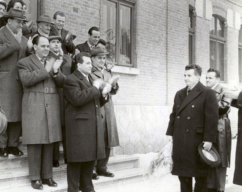 """Februarie 1965. Nicolae Ceauşescu vizitează liceul """"Nicolae Bălcescu"""" din Piteşti. (febr.1965)."""