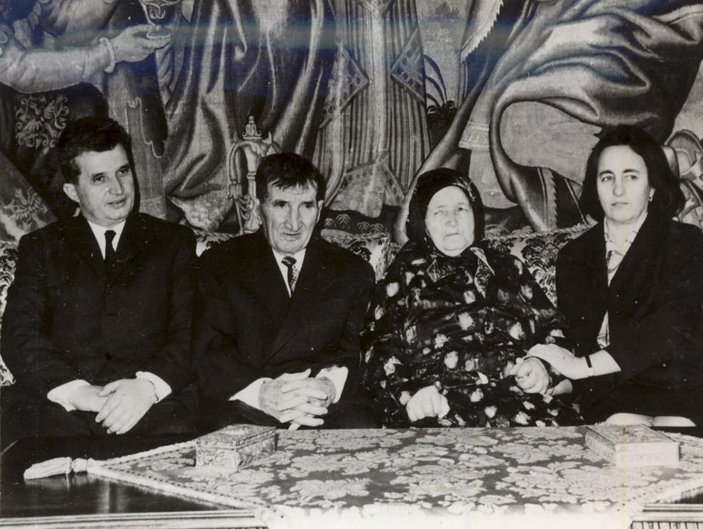 Nicolae Ceauşescu cu soţia şi părinţii. (1968).