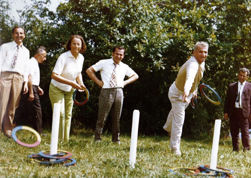 Nicolae şi Elena Ceauşescu in Moldova şi Delta în vara lui 1976. In imagine se observă şi Ion Iliescu, care urmăreşte actiunea celor doi.