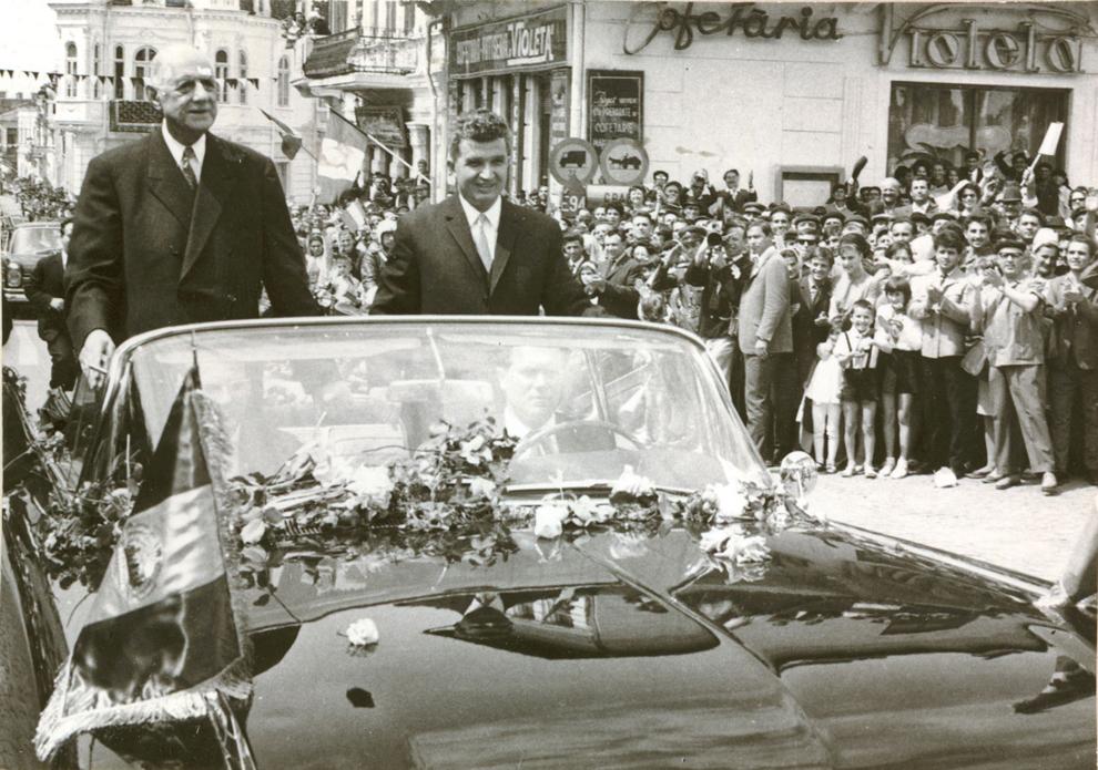 Nicolae Ceauşescu şi Charles de Gaulle, aflat în vizită în ţara noastră, sunt salutaţi de locuitorii oraşului Slatina. (17 mai 1968)