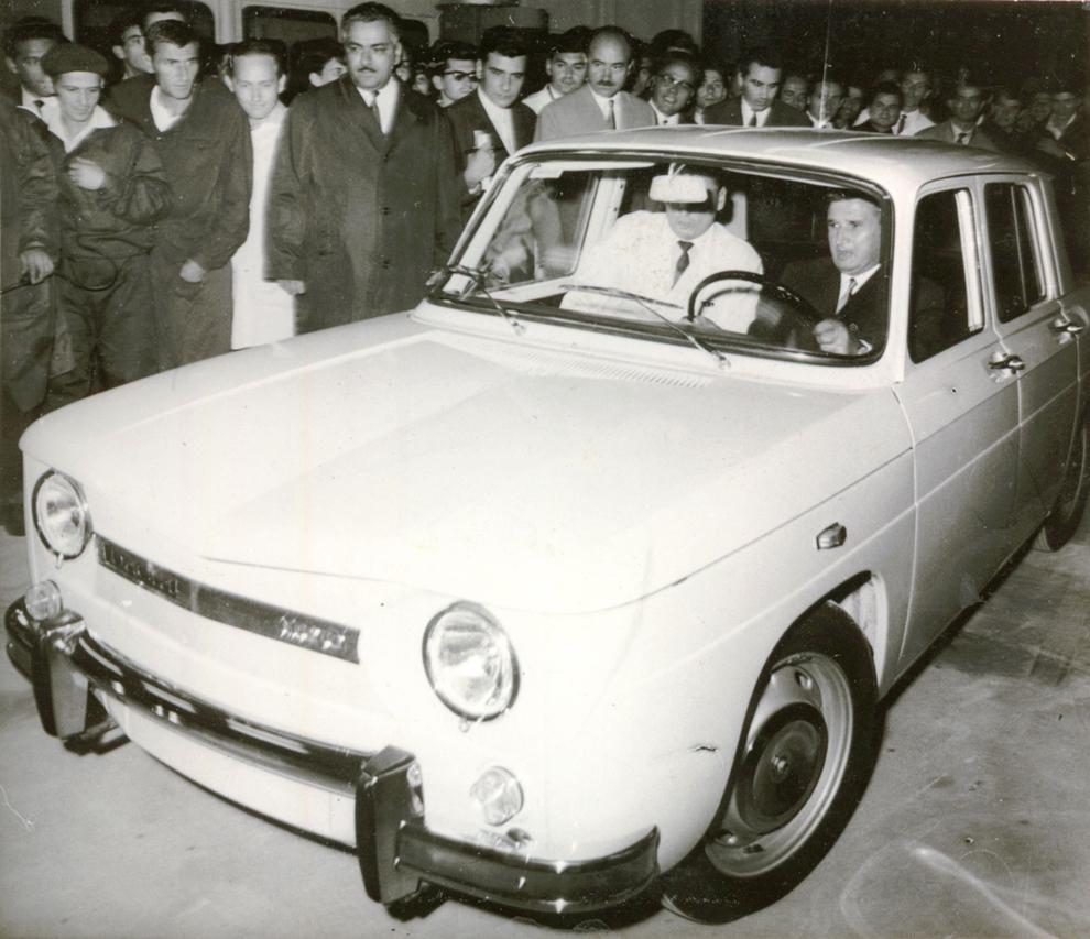 Nicolae Ceauşescu la volanul primului autoturism Dacia 1100, cu prilejul vizitei de lucru a conducătorilor de partid şi de stat la Uzina de autoturisme Piteşti.(20 august 1968)