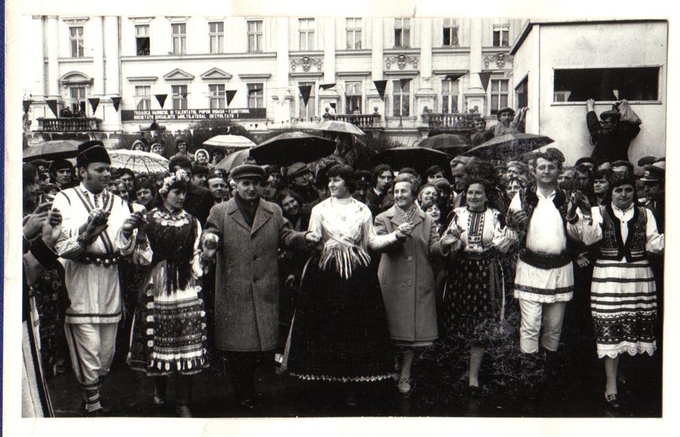Vizita de lucru a lui Nicolae Ceauşescu, secretar general al P.C.R, preşedinte al R.S.R., în judeţul Arad, unde va participa la sărbătorirea împlinirii a 2.000 de ani de la întemeierea cetăţii dacice Ziridava şi a 950 de ani de la prima menţiune documentară a municipiului Arad. Hora frăţiei şi unităţii în marea piaţă a municipiului. (27-28.III.1979).