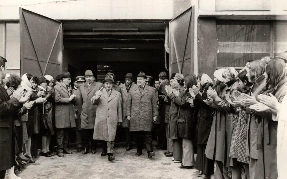 """Vizita de lucru a lui Nicolae Ceauşescu în Capitală: Piaţa Muncii, cartierul Titan, Întreprinderea """"Electronica"""", Întreprinderea de cabluri şi materiale electroizolante. (29 octombrie 1976)"""