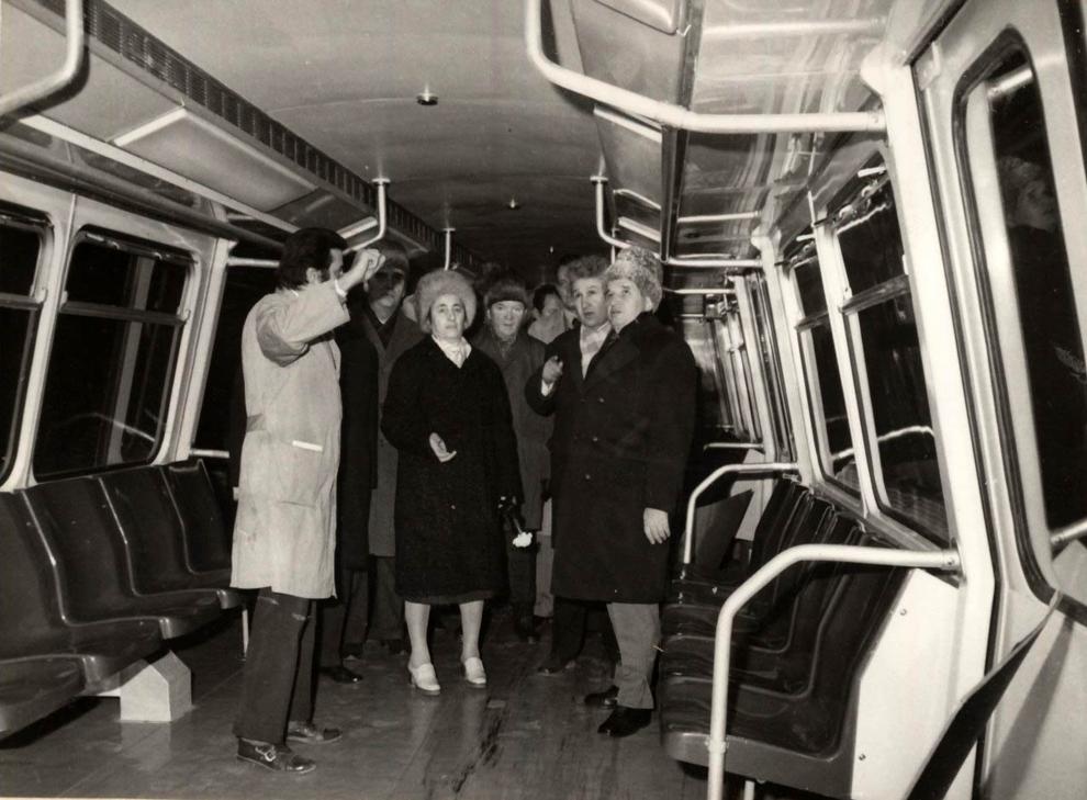 Vizita de lucru a lui Nicolae Ceauşescu, a altor conducători de partid şi de stat, în municipiul Arad. Se examinează prototipul vagonului de metrou. (11 ianuarie 1977)