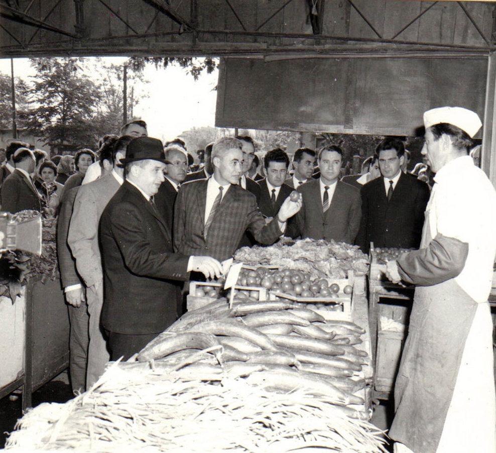 Nicolae Ceauşescu, secretar general al P.C.R, vizitând pieţele Capitalei (Piaţa Dorobanţi). (29 aprilie 1970).