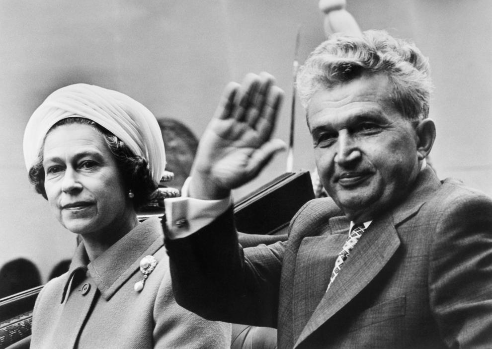 Nicolae Ceauşescu în caleaşcă alături de regina Elisabeta a II a a Marii Britanii, în timpul vizitei oficiale, 13 iunie 1978.
