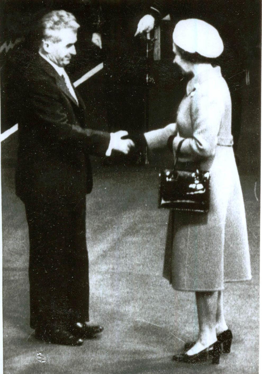 La invitaţia Majestăţii Sale regina Elisabeta a II-a şi a ducelui de Edinburgh, preşedintele Nicolae Ceauşescu împreună cu Elena Ceauşescu au făcut, între 13-16.VI.1978, o vizită de stat în Anglia. În imagine, preşedintele Nicolae Ceauşescu şi regina Elisabeta a II-a.(13-16.VI.1978).
