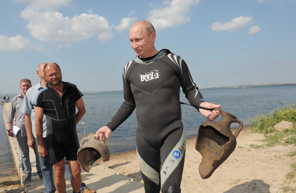 Primul ministru rus, Vladimir Putin, ţine două amfore antice, descoperite în timpul unei scufundări în situl arheologic subacvatic din golful Taman, miercuri, 10 august 2011.