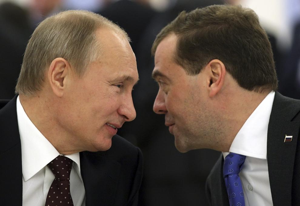 Preşedintele Rusiei, Dmitri Medvedev (D), discută cu prim-ministrul Vladimir Putin (S), în timpul unei reuniuni regulate a Consiliului Suprem de Stat a Uniunii Rusia-Belarus, la reşedinţa Gorki din afara Moscovei, la 25 noiembrie 2011.
