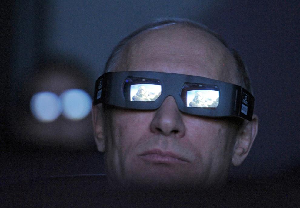 Prim-ministrul rus Vladimir Putin se uită prin ochelarii 3D în timpul vizitei sale la Planetariul din Moscova, pe 12 aprilie 2012.