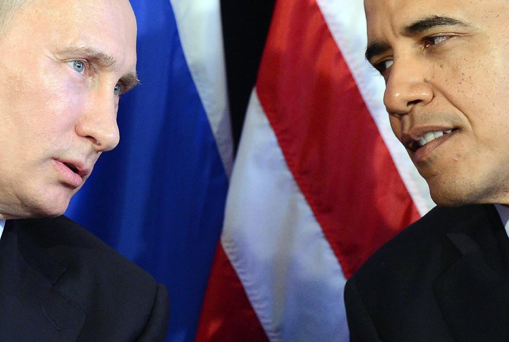 Preşedintele Statelor Unite ale Americii, Barack Obama (D) ascultă discursul preşedintelui rus Vladimir Putin (S) la finalul întâlnirii bilaterale din cadrul summit-ului G20, în Los Cabos, Mexic, luni, 18 iunie 2012.