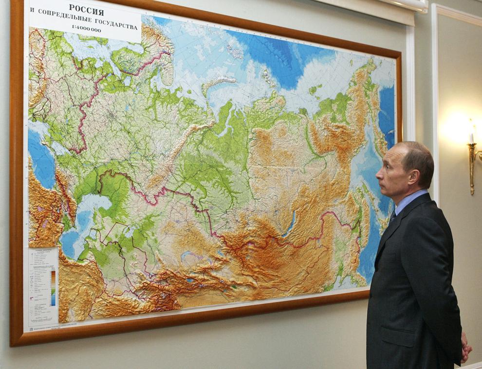 Preşedintele Rusiei,  Vladimir Putin se uită peste harta Rusiei, în reşedinţa sa din Novo-Ogaryevo, în apropiere de Moscova, vineri, 11 august 2006.