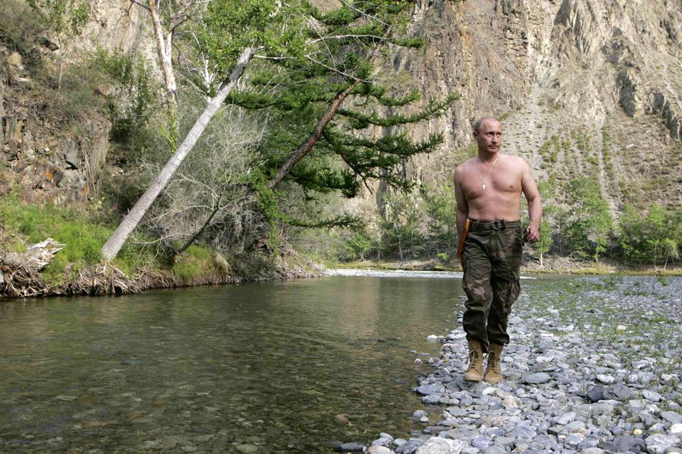 Preşedintele Rusiei,  Vladimir Putin merge pe malul raului Khemchik în apropiere de munţii Sayan, în Republica Tuva, miercuri, 15 august 2007.