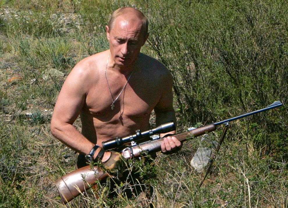 Preşedintele Rusiei,  Vladimir Putin ţine în mână o puşcă de vânătoare, în Republica Tuva, miercuri, 15 august 2007.