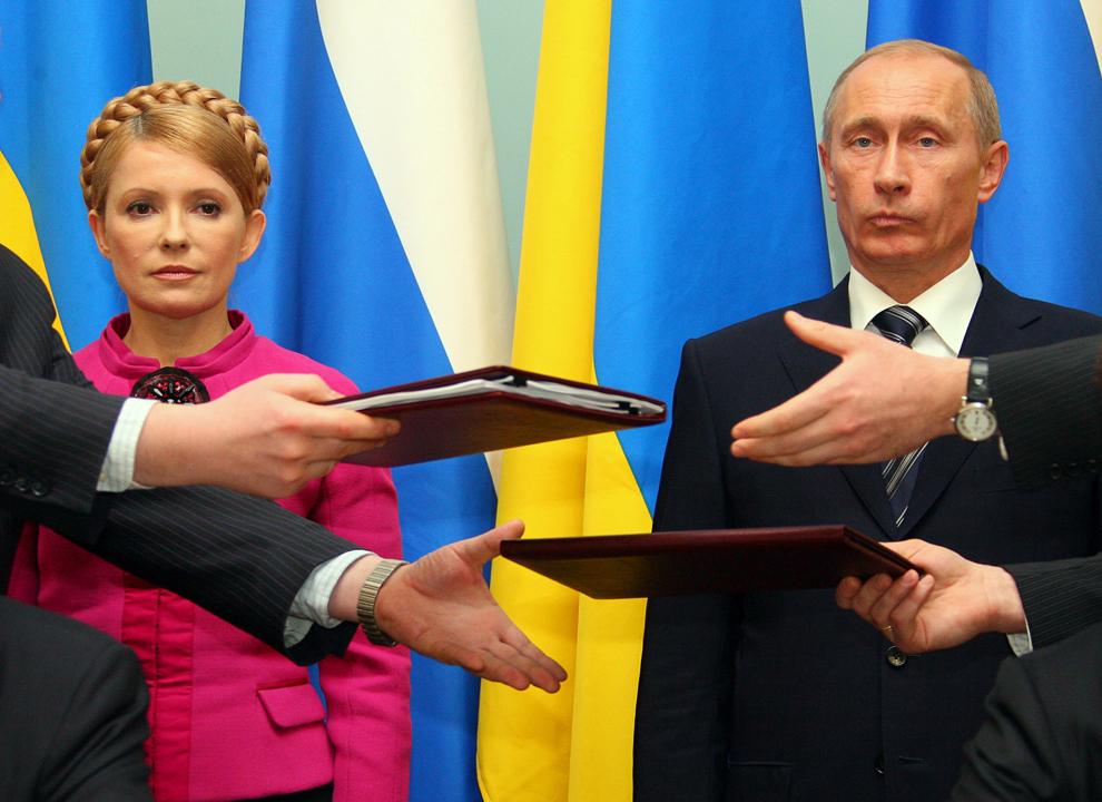 Prim-ministrul Rusiei,  Vladimir Putin (D) alături de prim-ministrul Ucrainei, Iulia Timoşenko (S) participă la ceremonia de semnare a contractului, pe zece ani, de încetare a disputei pe alimentarea cu gaz, în Moscova, luni, 19 ianuarie 2009.