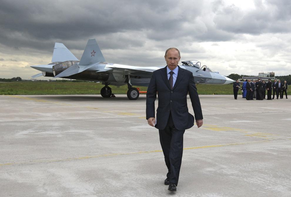 Prim-ministrul Rusiei,  Vladimir Putin merge în apropierea noului avion de vânătoare rusesc Sukhoi T-50, după zborul din Zhukovksy, în apropierea Moscovei, joi, 17 iunie 2010.