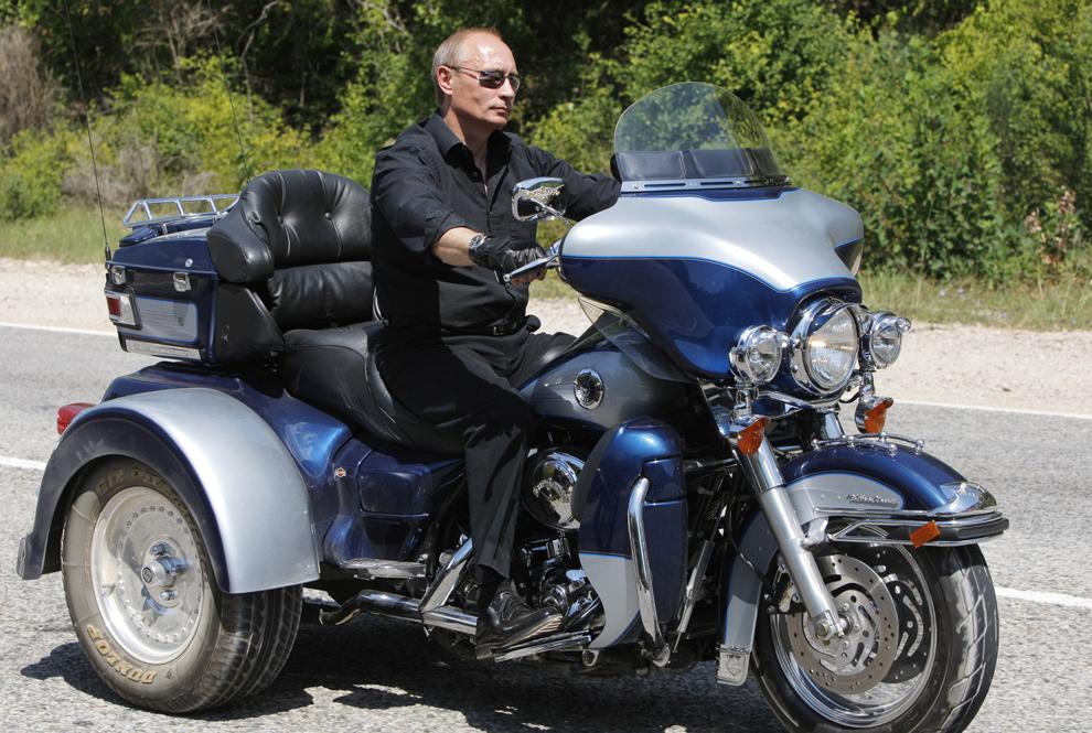 Prim-ministrul Rusiei,  Vladimir Putin merge cu motocicleta Harley Davidson Lehman Trike, după o întalnire cu motocicliştii din tabăra Gasfort Lake, în apropiere de Sevastopol, Crimea, Ucraina, sâmbătă, 24 iulie 2010.