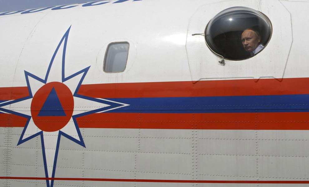 Prim-ministrul Rusiei,  Vladimir Putin poate fi văzut la geamul aeronavei de stingere a incendiilor Be-200, în timpul unui efort de stingere a incendiului din regiunea Rayzan, aflată la aproximativ 250 de km de Moscova, marţi, 10 august 2010.