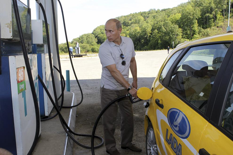 Prim-ministrul Rusiei,  Vladimir Putin alimentează o maşină Lada Kalina, producţie rusească, în timpul unei opriri în regiunea Khabarovsk, vineri, 27 august 2010.