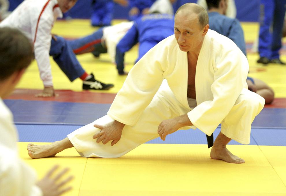 """Prim-ministrul rus Vladimir Putin ia parte la o şedinţă de antrenamente la judo, la complexul sportiv """"Moscova"""" din Sankt-Petersburg, miercuri, 22 decembrie 2010."""