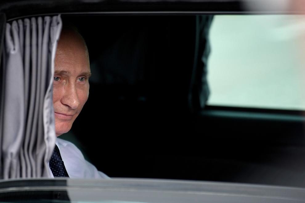 Prim-ministrul rus Vladimir Putin aşteaptă în maşina lui, după inaugurarea unui monument dedicat soldaţilor ruşi din Primul Război Mondial, la Paris, joi, 21 iunie 2011.