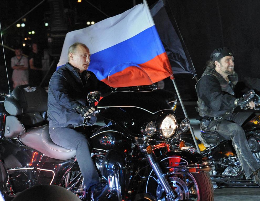 """Primul ministru rus, Vladimir Putin, conduce o motocicletă în timp ce participă la cel de al 16-lea festival anual organizat de clubul """"Lupii Nopţii"""", în oraşul Novorosiisk, sudul Rusiei, luni, 29 august 2011."""