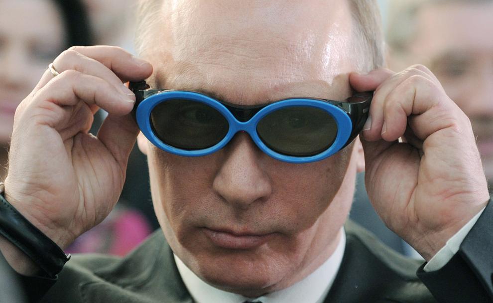 Prim-ministrul Rusiei,  Vladimir Putin poartă o pereche de ochelari în timpul vizitei sale la Parcul Tehnologic al Academiei Novosibirsk, în Novosibirsk, vineri, 17 februarie 2012.