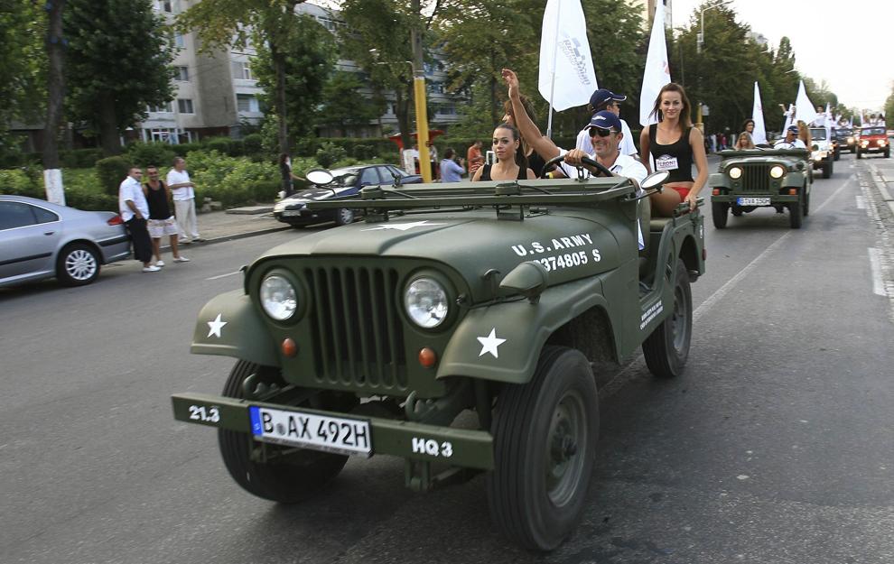Primarul oraşului Constanţa, Radu Mazăre, conduce un Jeep la parada ambarcaţiunilor participante la Class One Romanian Grand Prix, pe străzile oraşului Constanţa, vineri, 31 august 2007.
