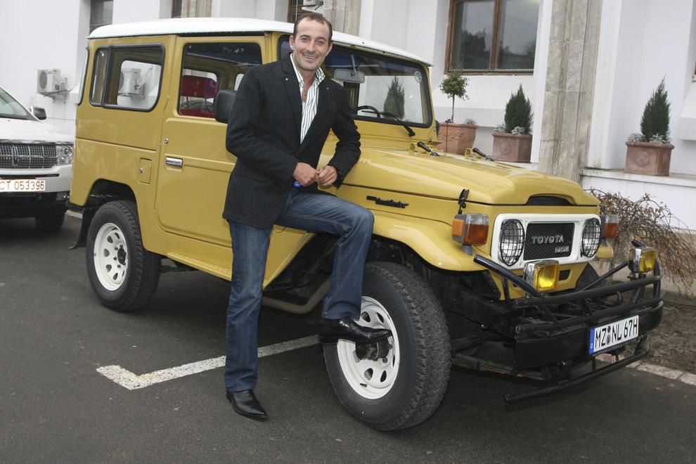 Primarul Constanţei, Radu Mazăre, pozează lângă maşina Toyota Land Cruiser fabricată în anul 1977, în Constanţa, luni, 4 februarie 2008.