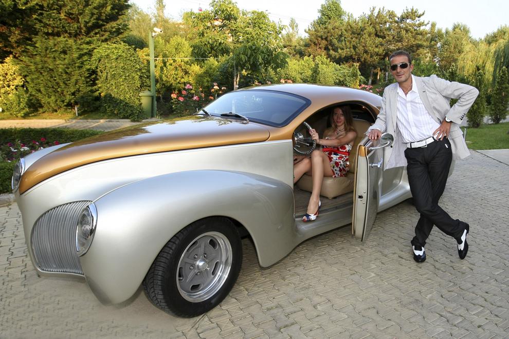 Primarul Constanţei, Radu Mazăre, îşi prezintă noul automobil achiziţionat, marţi, 17 iunie 2008. Radu Mazăre şi-a înnoit colecţia de maşini retro cu un model - replică a unui Lincoln Zephyr model 1935.