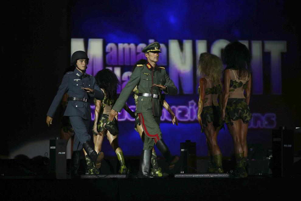 """Primarul municipiului Constanţa, Radu Mazăre, defilează în uniforma de general din Armata Germană, în cadrul evenimentului """"Mamaia Milano Night"""", desfăşurat în Piaţeta Cazinoului din staţiunea Mamaia, sâmbătă, 18 iulie 2009."""