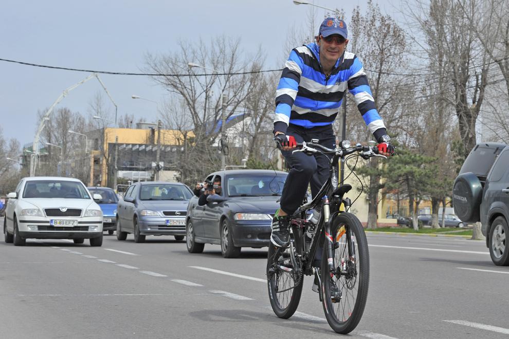 Primarul municipiului Constanţa, Radu Mazăre, merge pe bicicletă, în Constanţa, luni, 18 aprilie 2011. Radu Mazăre a renunţat la maşinile sale de lux şi a decis să se deplaseze cu bicicleta atunci când merge la Primărie, motivând că doreşte să facă sport, dar şi pentru că benzina s-a scumpit.